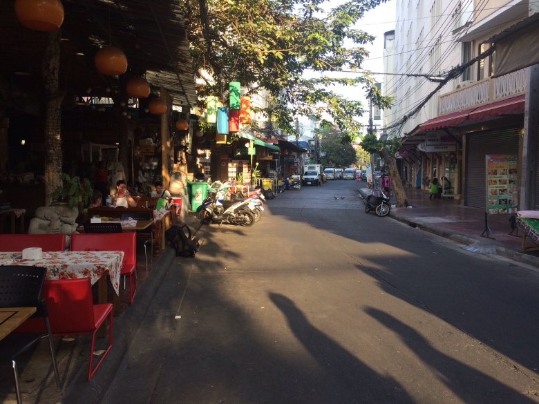 Rambuttri Road wczesnym rankiem. Bangkok/Tajlandia