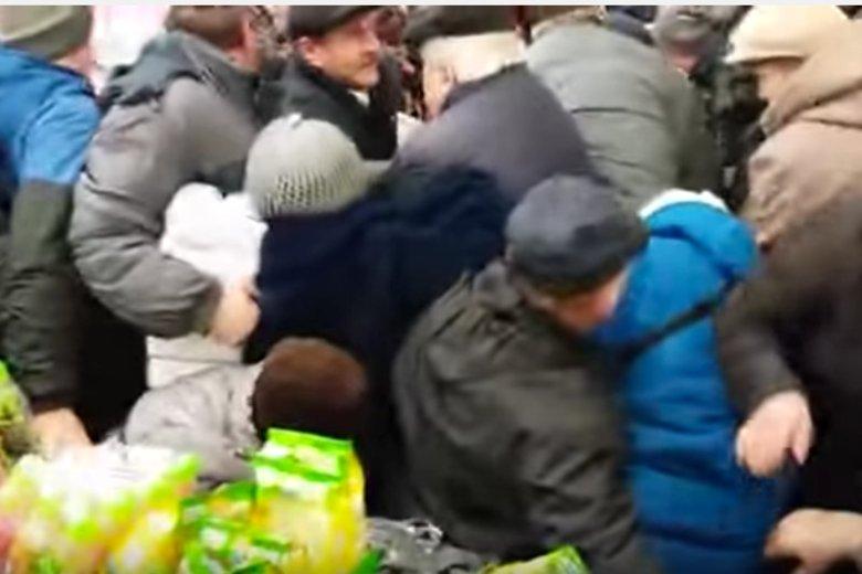 """Tłumy i przepychanki w Carrefourze w Chełmie. Wszystko przez promocje na cukier.  """"Kobieta za mną upadła"""""""