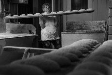 Zofia Kobus podczas pracy w piekarni