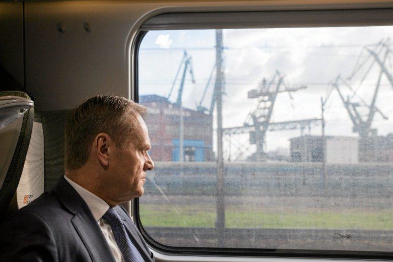 Donald Tusk podobno sprawdza czy założenie nowej partii pomogłoby mu wygrać z PiS-em. Jednak nie  samym liderem wygrywa się polityczne walki.