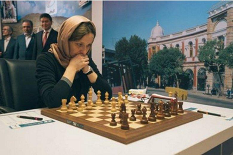 """Monika Soćko pojechała na światowej rangi zawody do Teheranu. Organizatorzy wymagali od zawodniczek okrycia chustami głów. Obrońcy """"polskości"""" zdeptali ją."""