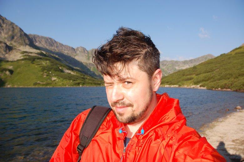Wyjątkowo zdjęcie z cyfry. Jest bodajże kilka minut po szóstej rano. Zaraz schodzę na Morskie Oko. Świetnie jest iść po szlaku, gdy jest niemal pusty.