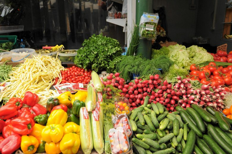 Warto jeść dużo owoców i warzyw, bo to w nich znajdziemy witaminę C.