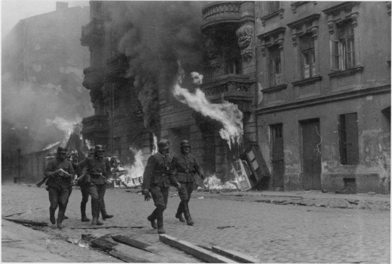 """Fotografia z Raportu Stroopa. Oryginalny niemiecki podpis: """"Drużyna szturmowa"""""""