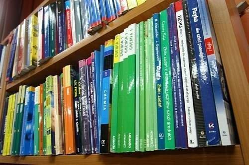 """Zaróno rządowy program """"Wyprawka Szkolna"""", jak i różne samorządowe programy wspierają obecnie najuboższe rodziny w zakupie podręczników"""
