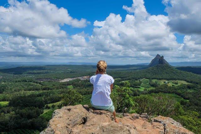 """Julia: """"Są takie miejsca na świecie, z którymi warto być sam na sam, żeby poczuć ich magię. Dla mnie to Machu Pichu, Uluru i Glass House Mountains (na zdjęciu) - góry, które mam 'tuż za rogiem'"""""""