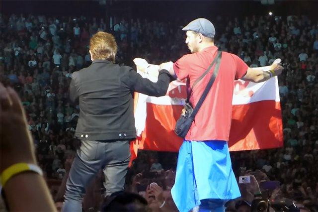 """Podczas niedzielnego koncertu w Amsterdamie Bono z zespołu U2 wyraził swoje wsparcie dla """"braci i sióstr w Polsce, którym zabiera się ich wolność""""."""