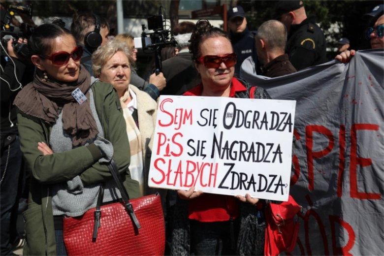 Zadanie było proste, wymagało tylko zwykłej empatii, a wyszło nijak. A ten obrazek sprzed Sejmu oddaje więcej niż 1000 słów.