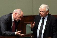 Gdyby także posłowie musieli przechodzić w stan spoczynku po 65. urodzinach, w Sejmie nie byłoby miejsca m.in. dla prezesa PiS Jarosława Kaczyńskiego i wiceprezesa tej partii Antoniego Macierewicza.