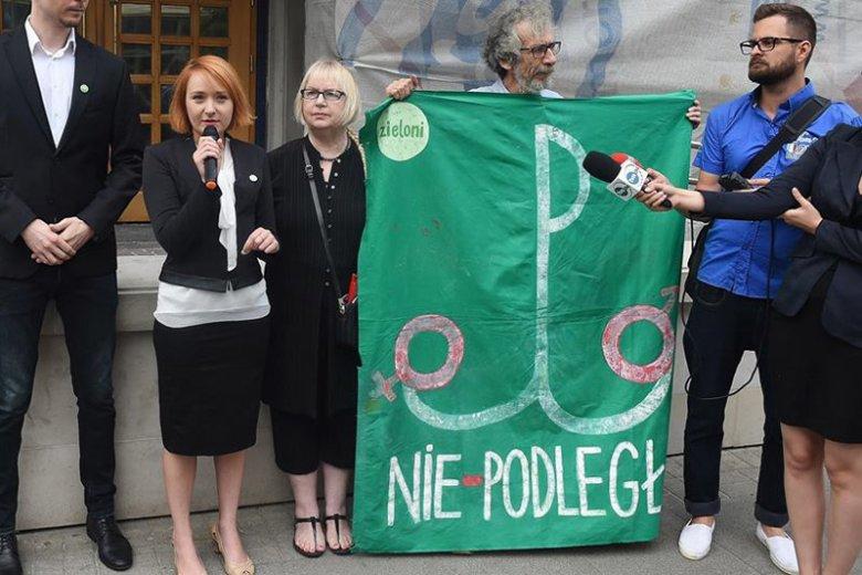 To za użycie tego transparentu podczas protestów w obronie praw kobiet działacze Partii Zieloni trafili przed sąd.
