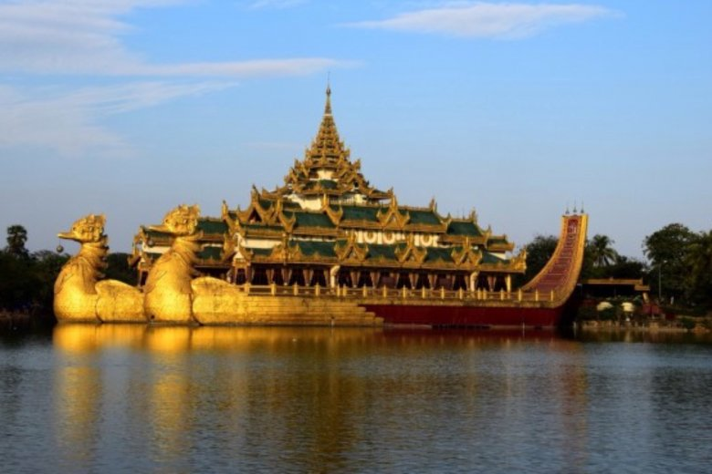 Pałac Karaweik na jeziorze Kandawgyi. Rangun/Birma