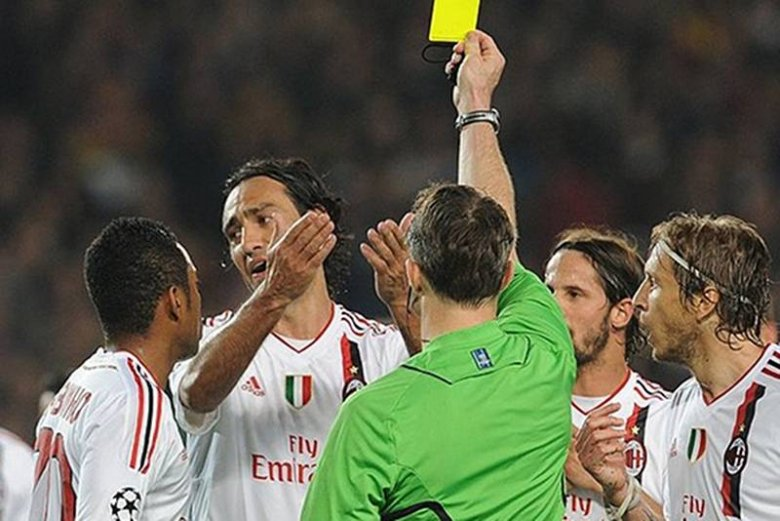 Sędzia wyciąga kartkę, piłkarze Milanu wściekli - to był częsty obrazek w Barcelonie we wtorkowy wieczór