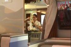 Stewardessa zlewała resztki szampana nie bez przyczyny.