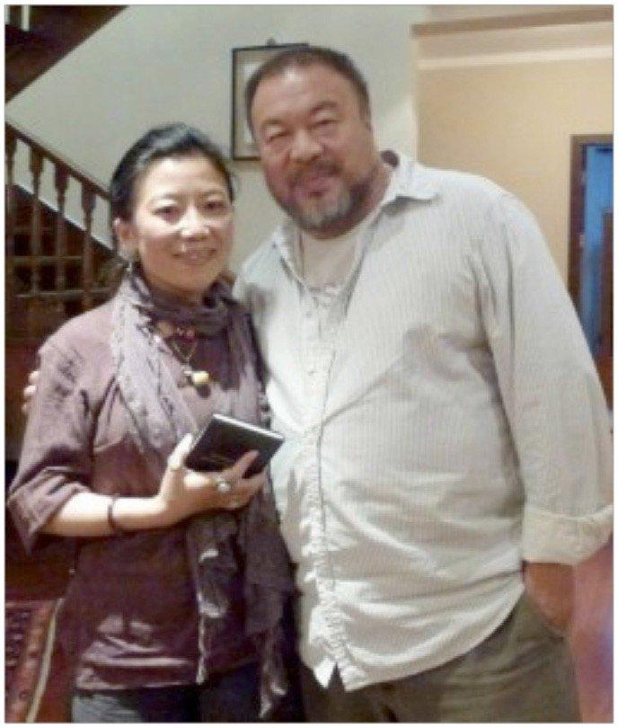 Oser wraz z chińskim artystą Ai Weiweiem w Ambasadzie USA w Pekinie odbiera Międzynarodową Nagrodę Odwagi Kobiet (19 maja 2013).