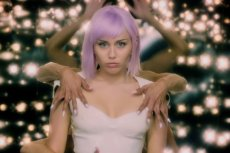 """W piątym sezonie """"Black Mirror"""" zobaczymy piosenkarkę Miley Cyrus."""