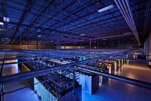 """Hala z serwerami w Council Bluffs w stanie Iowa, USA. Niebieskie diody na serwerach informują o tym, że wszystko działa poprawnie. Całe """"data center"""" w Council Bluffs to ponad 10 tysięcy metrów kwadratowych przestrzeni."""