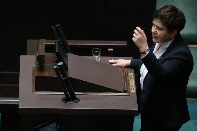 Polacy w sondażu ocenili, co myślą o nagrodach przyznanych przez Beatę Szydło. Nawet elektorat PiS ocenia te decyzje krytycznie.