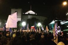 Niektórzy demonstrujący przed Sejmem, dziś sąścigani przez policję.