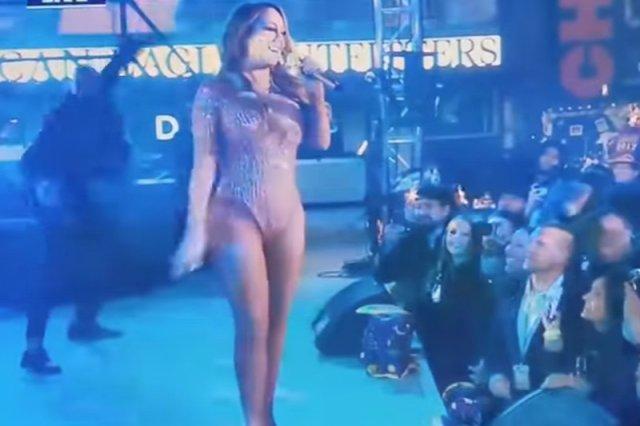 Żenujący występ Mariah Carey na Sylwestrze w Nowym Jorku. Zamieniono jej półplaybacki i cały koncert się posypał