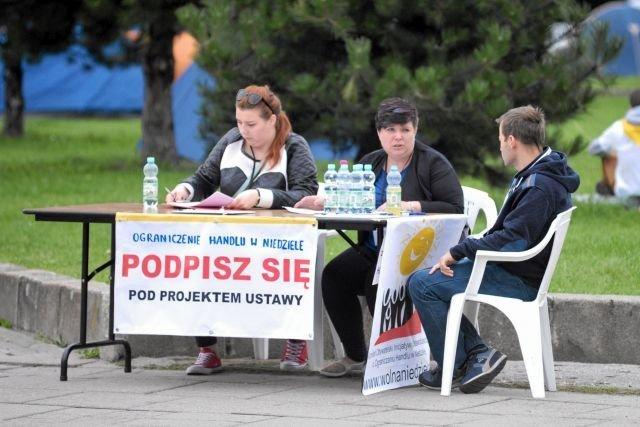 """NSZZ """"Solidarność"""" zbierała podpisy pod ustawą o zakazie handlu w niedziele nawet na Jasnej Górze."""