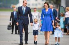 Tą informacją żyje Londyn. Księżna Kate jest w ciąży, będzie trzeci następca tronu. Na zdjęciu – para książęca z dziećmi na lotnisku w Warszawie.