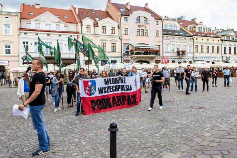 Młodzież Wszechpolska protestowała przeciwko ulgom w komunikacji miejskiej dla zagranicznych studentów.