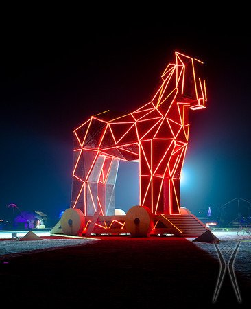 Laserowa instalacja przypominająca Konia Trojańskiego