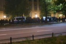 Policja zatrzymała około 1.30 w nocy przedsiębiorców strajkujących pod kancelarią premiera w Warszawie.