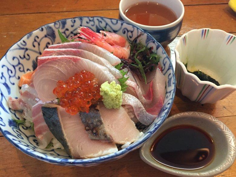 Karp ustępuje na niektórych stołach miejsca m. in. sashimi