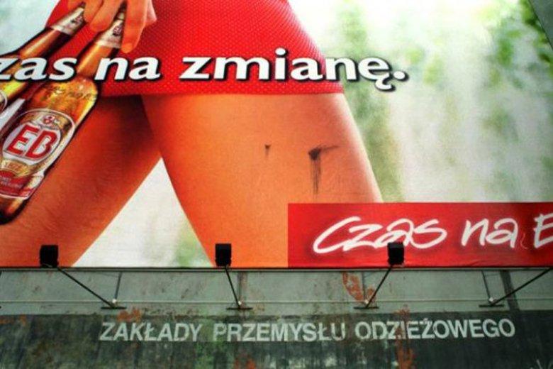 Tak się wtedy reklamowało. Na zdjęciu jeden z klasyków reklamy lat 90-tych: piwo EB i czerwona sukienka