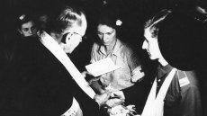 """Ślub Alicji Treutler """"Jarmuż"""" i  Bolesława Biegi """"Pałąka"""", z batalionu """"Kiliński"""", udzielony przez ks. Wiktora Potrzebskiego """"Corda"""", 13 sierpnia 1944 roku, kaplica przy ulicy Moniuszki 11"""
