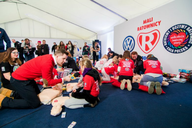 Na Finale WOŚP pojawił się namiot Volkswagena. Mali Ratownicy uczyli się tam zasad pierwszej pomocy