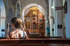 Podczas mszy nie można krzyżować nóg ani splatać ramion.