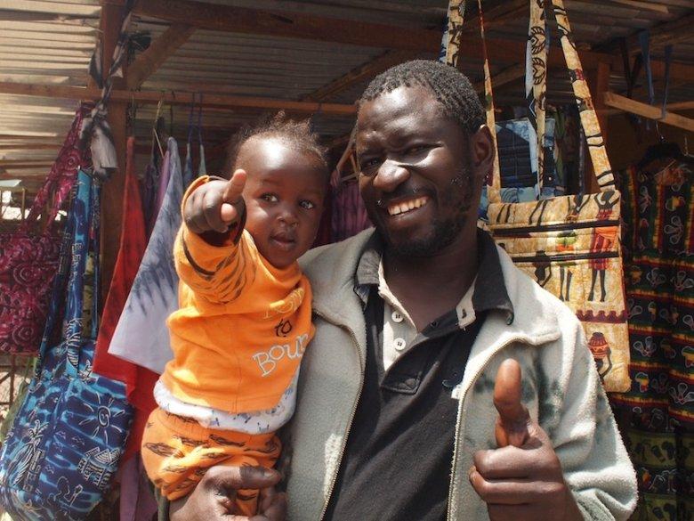"""Gambia reklamuje się sloganem: """"Smiling Coast"""". I rzeczywiście, ludzie tu uśmiechają się szczerze i często. Alberts Market, Banjul."""