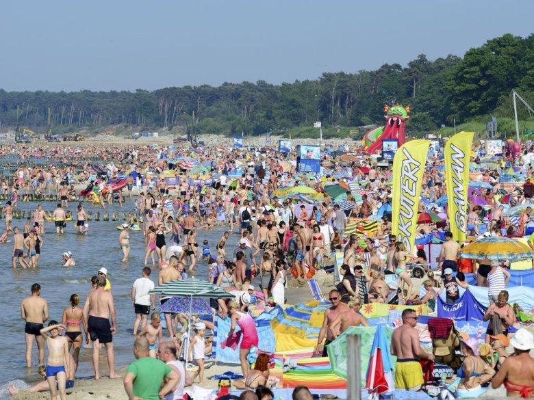 Plaża w Ustce przyciągnęła w tym roku tłumy spragnionych wypoczynku.