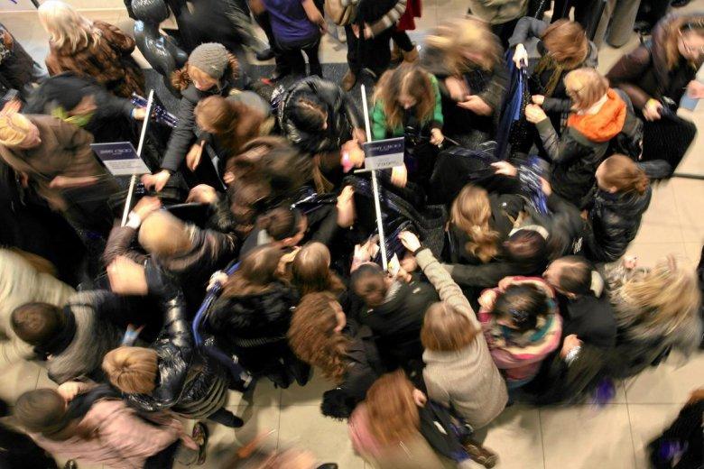 Warszawa. O godzinie 9.00 uruchomiono sprzedaż ubrań z kolekcji Jimmy Choo for H&M. Tłumy czekały przed sklepem od 5 rano.