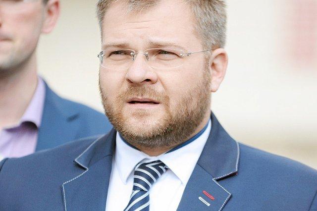 Osławiony stosowaniem przemocy domowej były bydgoski radny PiS wreszcie Rafał Piasecki zabrał głos. Przeprosił za maltretowanie żony, ale szybko przeszedł do oskarżania jej o prowokowanie go.