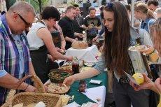 """Stanowisko na którym rozdawano """"nielegalną żywność"""" w czasie happeningu zorganizowanego przez m.in. Wojciecha Modesta Amaro."""