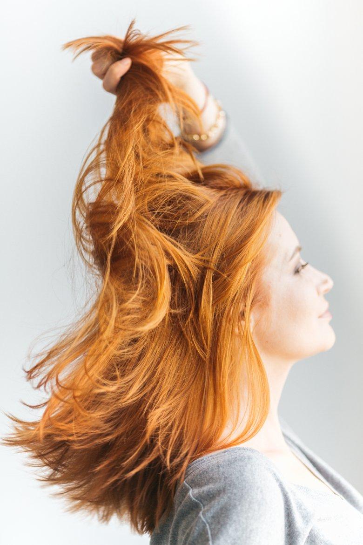 Za połysk, elastyczność i miękkość odpowiedzialne są m.in. silikony, które jako składnik odżywek do włosów nie cieszą się dobrą opinią. Niesłusznie! Silikony chronią włos przed mechanicznymi urazami.
