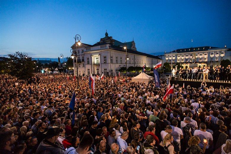 Dziesiątki tysięcy osób przyszło na Krakowskie przedmieście zaprotestować przeciwko zmianom w SN.