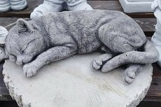Tak wygląda rzeźba kota, która została skradziona z grobu 8-letniego chłopca.