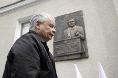 Jarosław Kaczyński w Sopocie w 2013 r. podczas uroczystości odsłonięcia tablicy upamiętniającej jego brata.