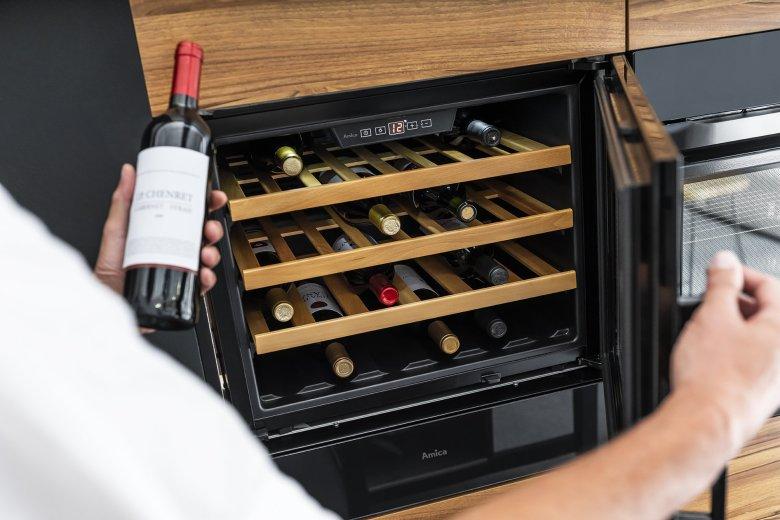 Amica WCB1K54B24.1, czyli winiarka dla ambitnych amatorów