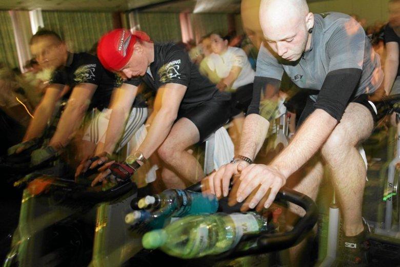 Jazda na rowerze stacjonarnym podbija kluby fitness, siłownie. Widok chudzielca w szatni siłki przestaje wywoływać uśmiech pobłażania.