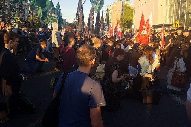 """Tak protestowano przed Teatrem Powszechnym w Warszawie przeciwko """"Klątwie"""". Teraz spektakl ma być pokazany w Chorzowie."""
