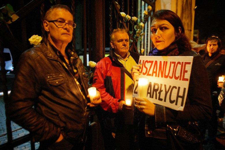 Protest przed bramą Cmentarza Starego w Łodzi przeciwko ekshumacji ciała Joanny Agackiej-Indeckiej, prezes Naczelnej Rady Adwokackiej, która zginęła w katastrofie smoleńskiej.