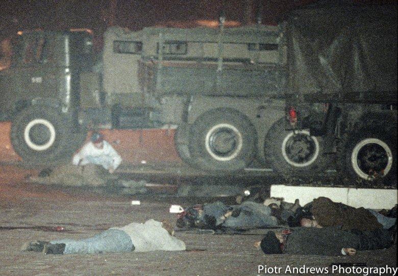 Amerykański prawnik Terry Duncan (w czapce bejsbolowej) pomaga rannym przed budynkiem Ostankino.