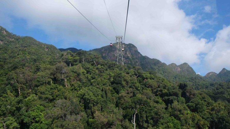 Oszklona gondolowa kolejka na szczyt Mat Chinchang (drugi najwyższy na Langkawi).