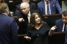 Posłanka PiS Joanna Lichocka kuriozalnie tłumaczy wulgarny gest wykonany po głosowaniu, dzięki któremu 2 mld zł trafią do TVP, a nie na finansowanie leczenia raka.