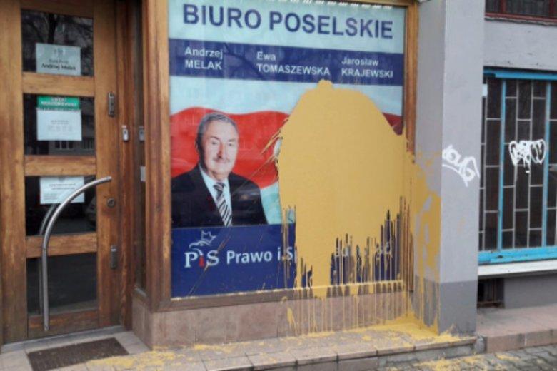 Dziś w Warszawie ktoś zdewastował biuro posła Melaka.